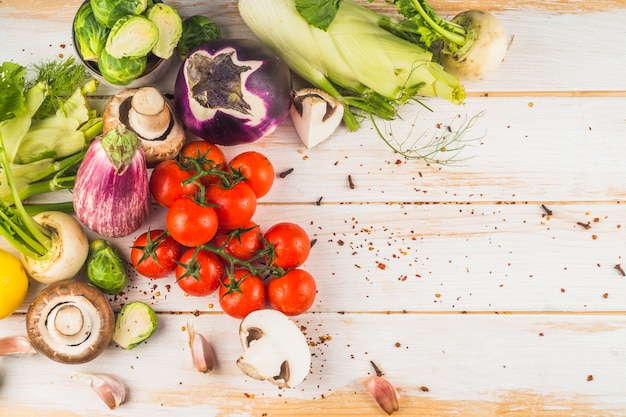Vue grand angle de légumes frais sur fond en bois
