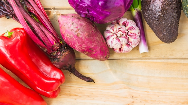 Vue grand angle de légumes frais sur une planche de bois