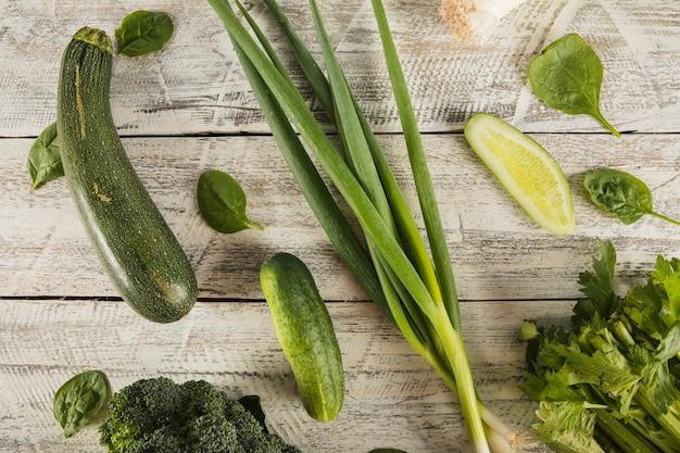 Vue grand angle de légumes frais sur une surface en bois