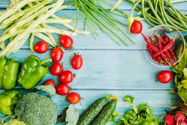 Vue grand angle de légumes sains
