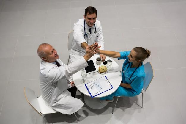 Vue grand angle des médecins et chirurgien donnant cinq à l'autre