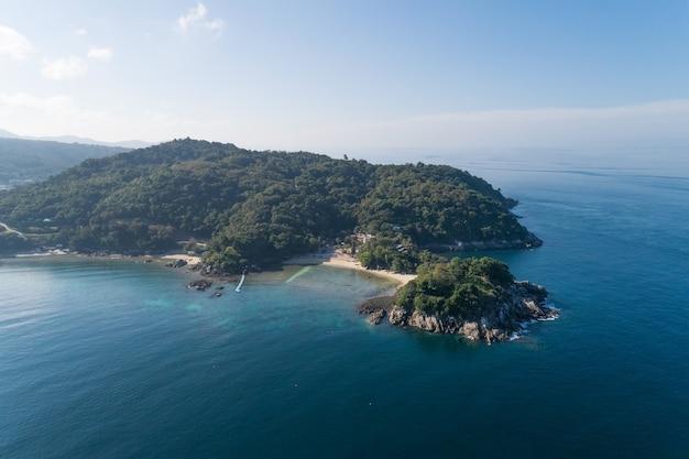 Vue grand angle mer tropicale avec vague s'écrasant sur le bord de mer et haute montagne située à phuket thaïlande vue aérienne drone de haut en bas paysage de vue sur la nature incroyable belle surface de la mer.