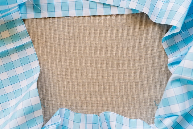 Vue grand angle de la nappe à carreaux bleu formant un cadre