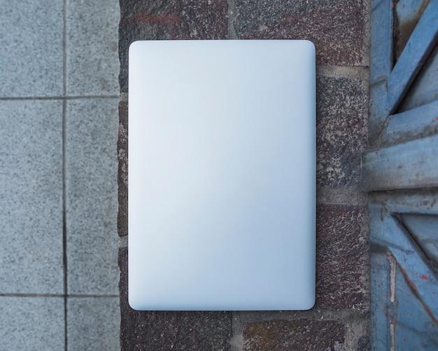 Vue grand angle d'un ordinateur portable sur le trottoir de pierre