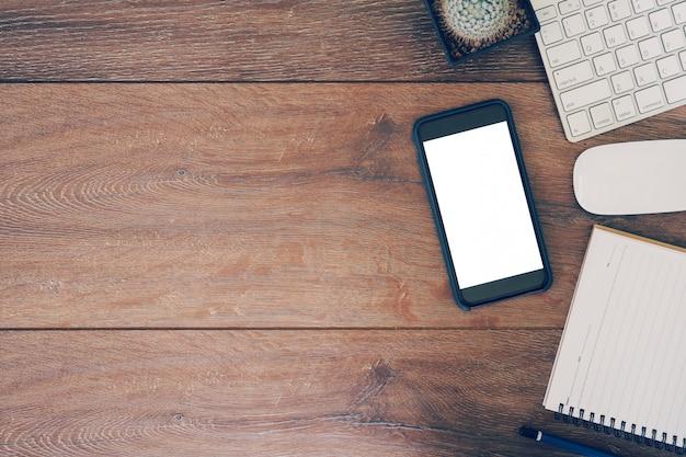 Vue grand angle d'un ordinateur de table de réglage, téléphone, tablette de travail d'entreprise.