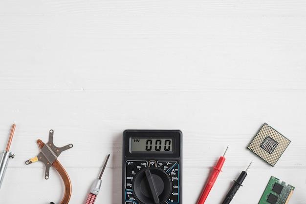 Vue grand angle d'outils électroniques avec des puces d'ordinateur sur fond en bois