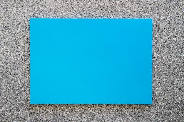 Vue grand angle de papier carton bleu sur fond gris