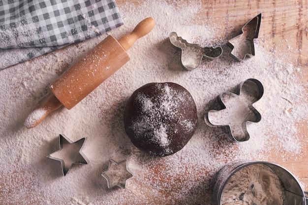Vue grand angle de la pâte pour les biscuits de pain d'épice
