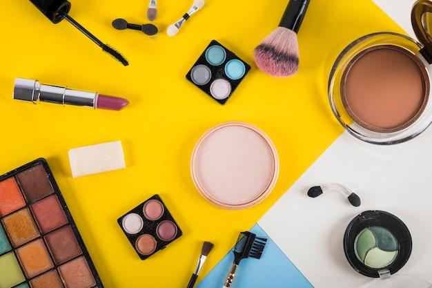 Vue grand angle de produits cosmétiques sur fond coloré