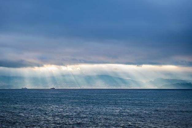 Vue grand angle de la ria de pontevedra en galice, en espagne, avec un voile de lumière éclairant l'eau.