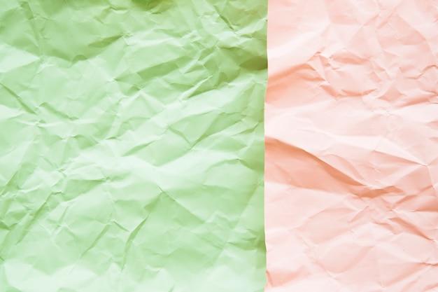 Vue grand angle de la surface du papier froissé vert et rose