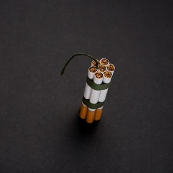 Vue grand angle, tas, de, cigarette, à, mèche, contre, surface noire