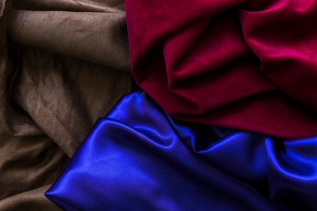 Vue grand angle de trois rideaux soyeux colorés
