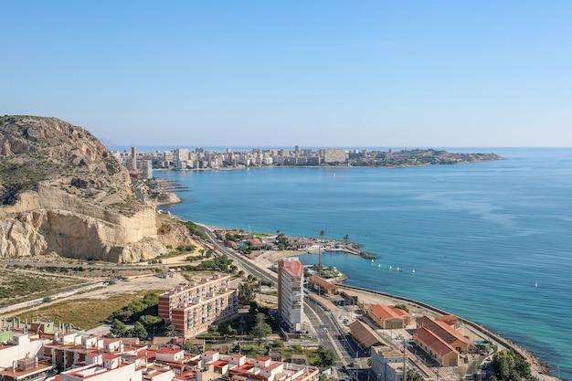 Vue grand angle d'une ville sur le corps de la mer en espagne