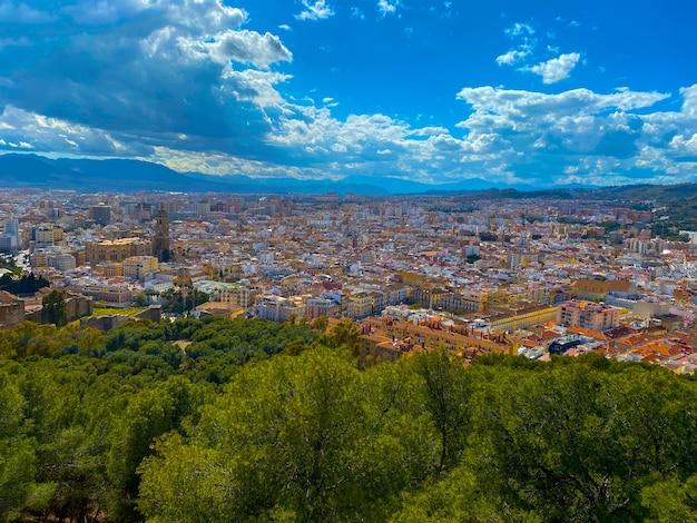 Vue grand angle de la ville de malaga en été.