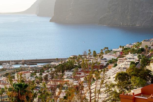 Vue grand angle ville avec mer et falaise