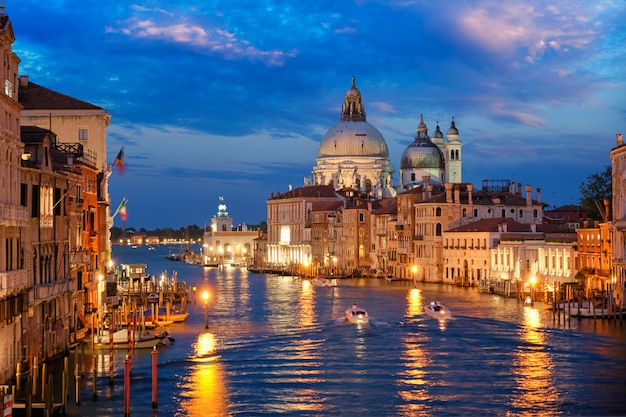 Vue sur le grand canal de venise et l'église santa maria della salute dans la soirée