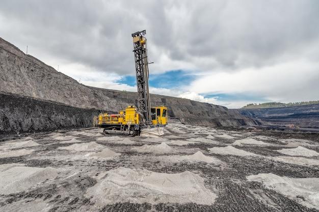 Vue d'une grande carrière d'extraction de calcaire et de charbon.