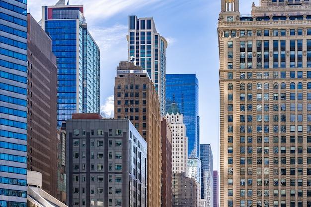 Vue des grands immeubles et du ciel bleu