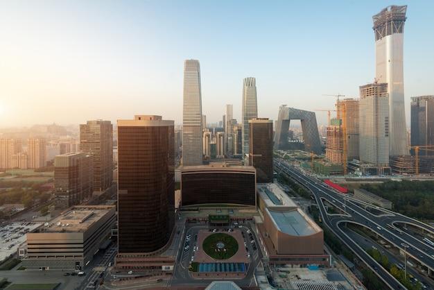 Vue des gratte-ciel du quartier central des affaires de beijing au coucher du soleil à pékin