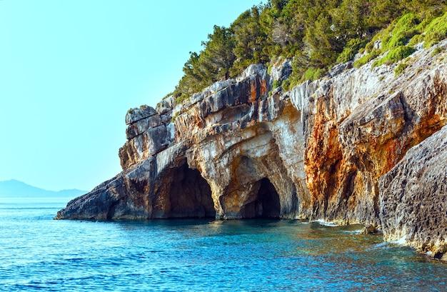 Vue sur les grottes bleues du bateau zakynthos, grèce, cap skinari