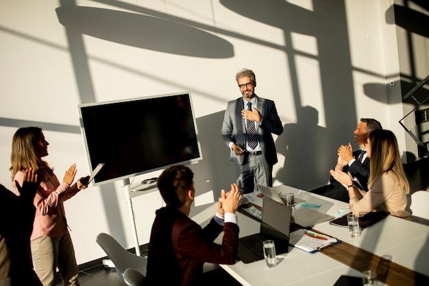 Vue sur un groupe d'hommes d'affaires travaillant ensemble et préparant un nouveau projet lors d'une réunion au bureau