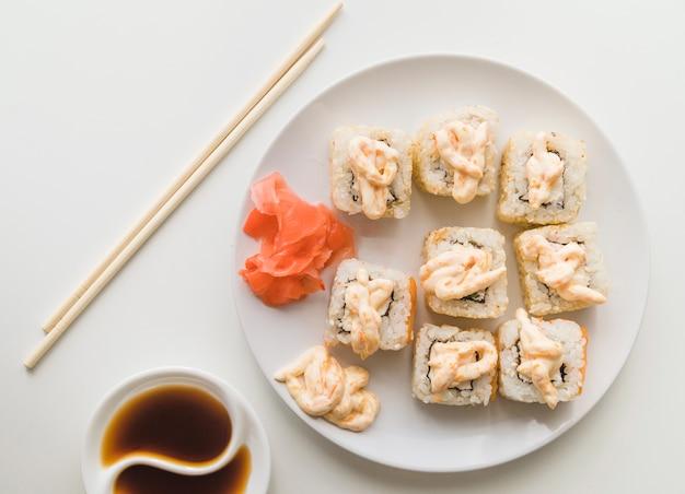 Vue d'en haut assiette de sushi avec sauce
