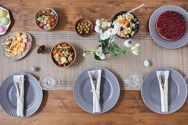 Vue de haut en bas sur une table en bois avec un cadre simple et élégant servi pour le dîner de pâques, espace de copie
