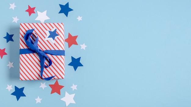 Vue d'en haut cadeau enveloppé du drapeau américain avec copie-espace