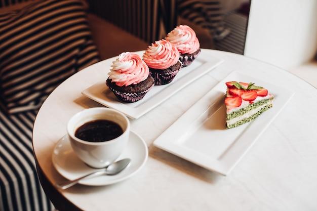 Vue d'en haut de délicieux gâteau aux fraises
