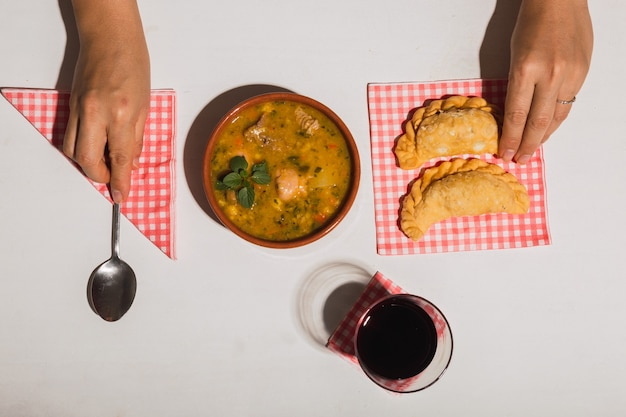 Vue d'en haut d'un délicieux plat typiquement argentin.