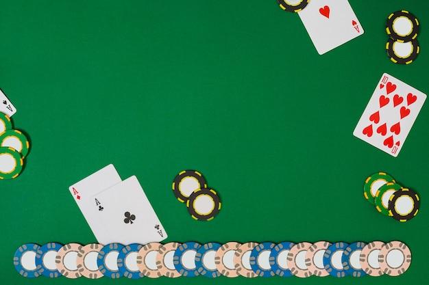 Vue d'en haut avec espace de copie. maquette de mise en page de modèle de bannière pour casino en ligne. table verte, vue de dessus sur le lieu de travail. bannière pour les casinos en ligne et les jeux de hasard