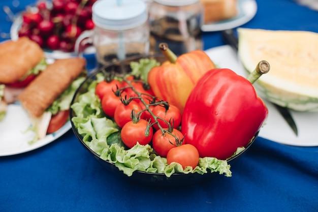 Vue d'en haut de légumes, fruits et sandwichs