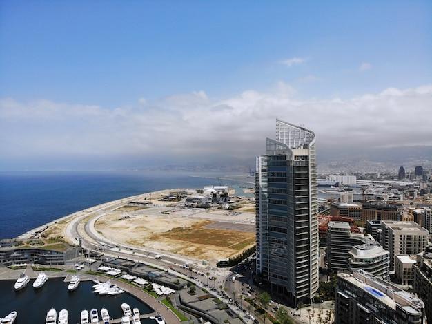 Vue d'en haut sur le liban. pays d'asie occidentale et du moyen-orient qui s'appelle également république libanaise. photo aérienne créée par drone. beyrouth - grande et belle capitale.