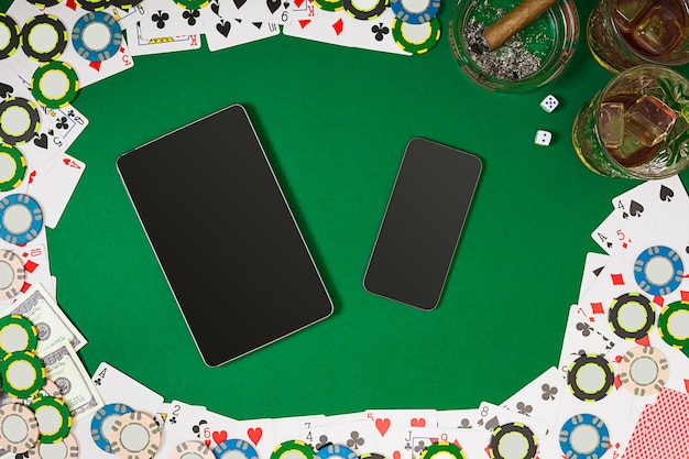 Vue d'en haut avec maquette de mise en page de modèle de bannière d'espace de copie pour la vue de dessus de table verte de casino en ligne...