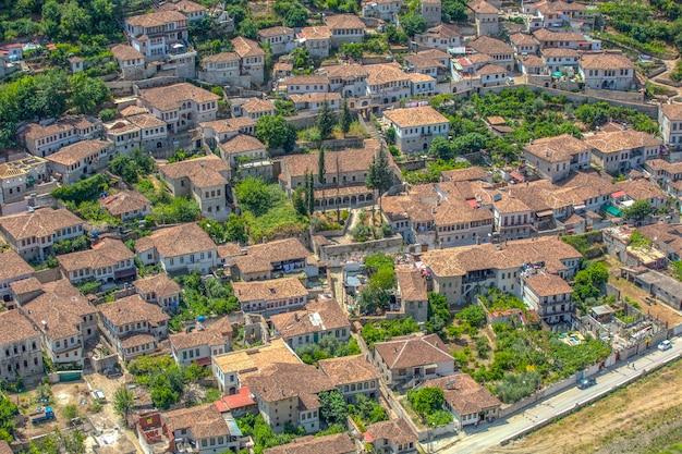 Vue d'en haut des toits rouges et des maisons