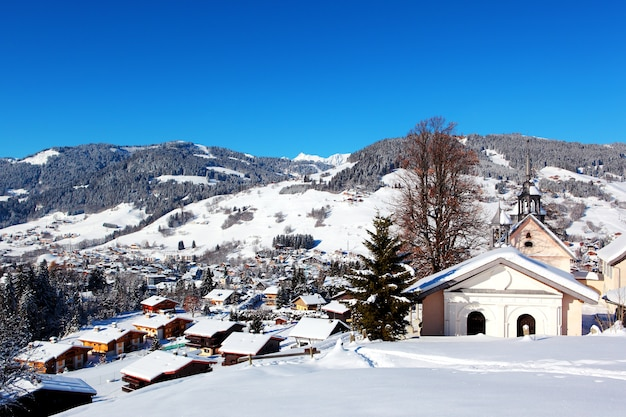 Vue d'en haut sur le village de montagne de megève, alpes françaises