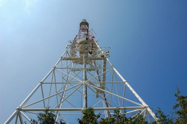Vue de la haute antenne de télévision de bas en haut.