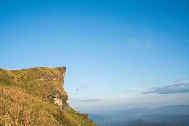 Vue de haute montagne avec ciel bleu à phu chi fa dans la province de chiangrai, thaïlande