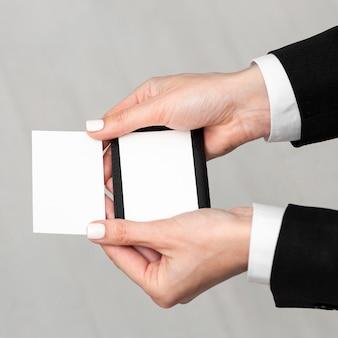 Vue haute personne tenant des cartes de visite vides