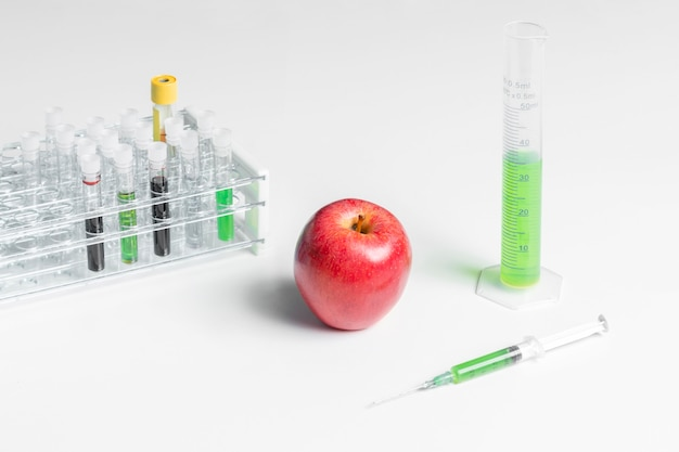 Vue haute pomme rouge et produits chimiques verts