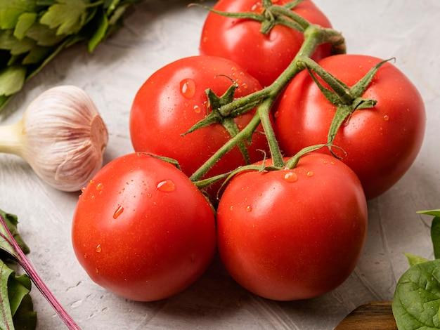 Vue haute tomates et ail