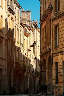 Vue sur les hauts bâtiments anciens