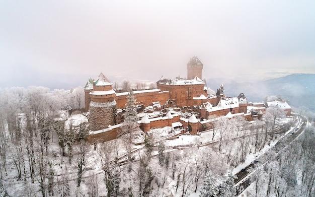 Vue d'hiver du château du hautkoenigsbourg dans les vosges alsace france