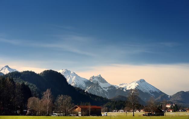 Vue d'hiver de la montagne des alpes, située près de la ville de füssen