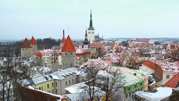 Vue d'hiver sur les tuiles couvertes de neige des bâtiments de la ville de tallinn