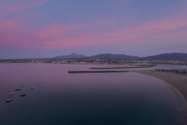 Vue de hondarribia sur la plage, l'embouchure de la rivière bidasoa et hendaia (hendaye) au pays basque.