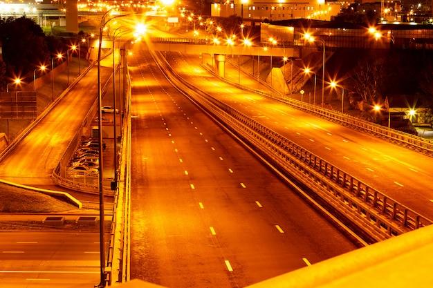 Vue d'horizon de nuit des autoroutes de la ville aux veilleuses