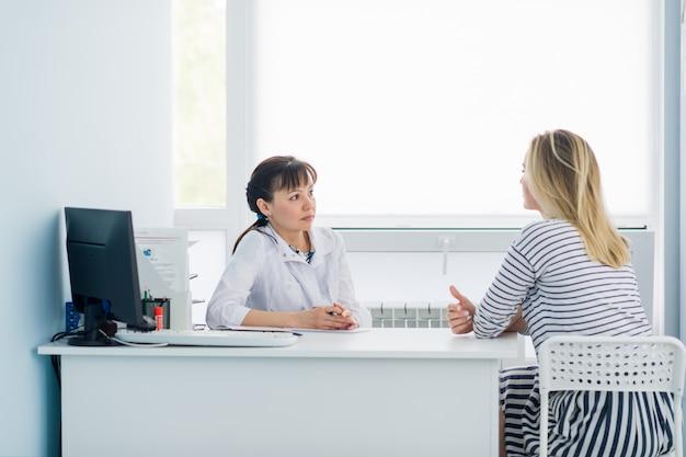 Vue horizontale du patient heureux au bureau du médecin