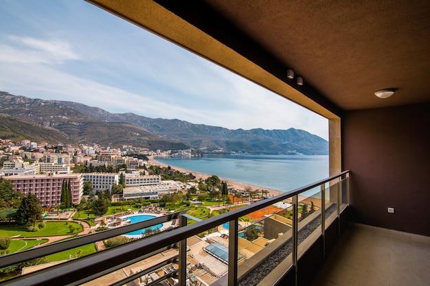 La vue de l'hôtel sur la promenade